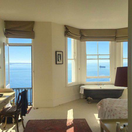 Self catering cornwall - bath near the window - sea views