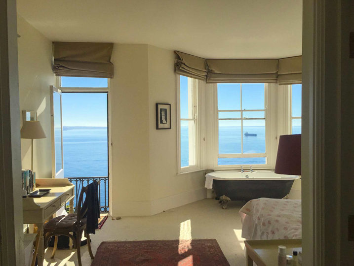 Self catering cornwall - bath near the window - sea views