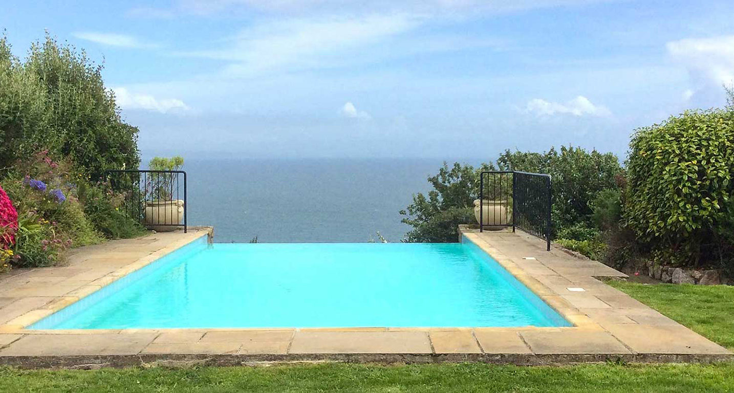 Self Catering with an outdoor swimming pool Cornwall